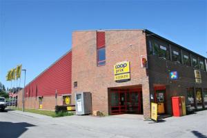 Inngang ved siden av inngangen til Coop Prix. Parkering bak bygget.